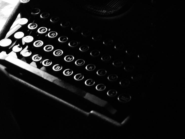 入管に必要な書類を製作するタイプライター